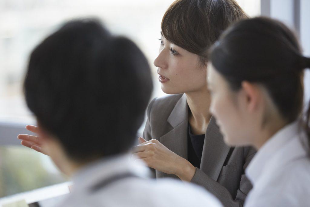 研究員と会議する女性