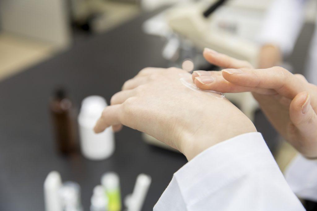 ハンドクリームを塗る女性研究員の手