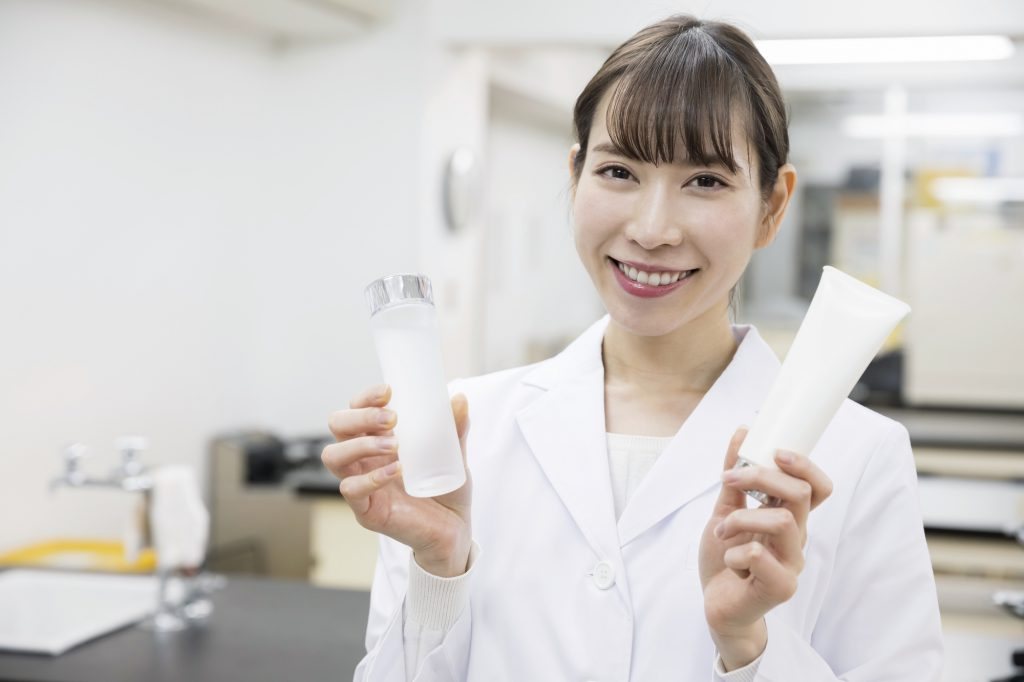 化粧品を持つ女性研究員